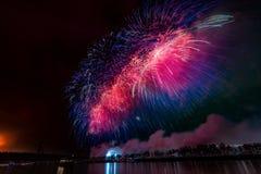 Los fuegos artificiales estallan brillar con resultados del deslumbramiento en Moscú, Rusia 23 de febrero celebración Foto de archivo libre de regalías