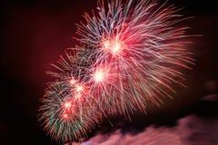 Los fuegos artificiales estallan brillar con resultados del deslumbramiento en Moscú, Rusia 23 de febrero celebración Foto de archivo