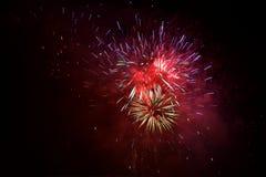 Los fuegos artificiales exhiben aparecen como lluvia de meteoritos hermosa Fotos de archivo