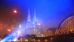 Los fuegos artificiales exhiben cerca de la catedral en Colonia almacen de video