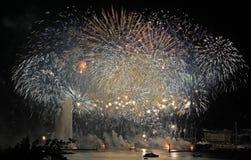 Los fuegos artificiales exhiben con el cielo de plata sobre Ginebra Fotografía de archivo