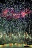 Los fuegos artificiales exhiben con el cielo verde y rosado sobre la GEN Foto de archivo