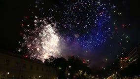 Los fuegos artificiales exhiben con el sonido durante día nacional en Bélgica, Bruselas metrajes