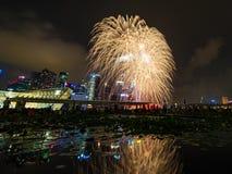 Los fuegos artificiales exhiben durante el avance 2014 del desfile del día nacional (NDP) Imágenes de archivo libres de regalías