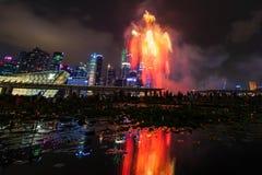 Los fuegos artificiales exhiben durante el avance 2014 del desfile del día nacional (NDP) Imagen de archivo libre de regalías