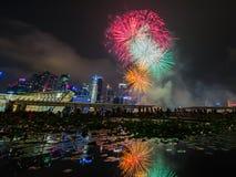Los fuegos artificiales exhiben durante el avance 2014 del desfile del día nacional (NDP) el 2 de agosto de 2014 Foto de archivo libre de regalías