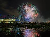 Los fuegos artificiales exhiben durante el avance 2014 del desfile del día nacional (NDP) el 2 de agosto de 2014 Imágenes de archivo libres de regalías