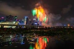 Los fuegos artificiales exhiben durante el avance 2014 del desfile del día nacional (NDP) Foto de archivo