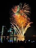 Los fuegos artificiales exhiben durante el desfile del día nacional (NDP) 2013 en Singapur Imagenes de archivo