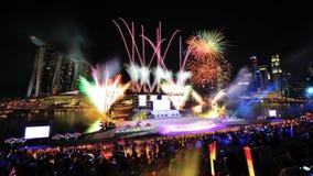 Los fuegos artificiales exhiben durante el ensayo 2013 del desfile del día nacional (NDP) Foto de archivo