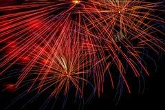 Los fuegos artificiales exhiben en el cielo nocturno por Año Nuevo de la cuenta descendiente Fotos de archivo libres de regalías