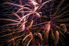 Los fuegos artificiales exhiben en el cielo nocturno por Año Nuevo de la cuenta descendiente Fotos de archivo