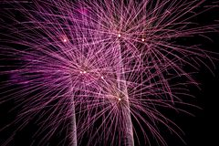 Los fuegos artificiales exhiben en el cielo nocturno por Año Nuevo de la cuenta descendiente Imágenes de archivo libres de regalías