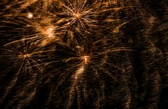 Los fuegos artificiales exhiben en el cielo nocturno por Año Nuevo de la cuenta descendiente Fotografía de archivo