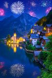 Los fuegos artificiales exhiben en el pueblo de Hallstatt, Austria Imagen de archivo libre de regalías