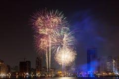 Los fuegos artificiales exhiben en la ciudad de Sharja Fotos de archivo libres de regalías