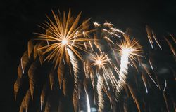 Los fuegos artificiales exhiben en la hoguera 4ta de la celebración de noviembre, castillo de Kenilworth, Reino Unido Imágenes de archivo libres de regalías