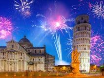 Los fuegos artificiales exhiben en la torre inclinada en Pisa Imagen de archivo libre de regalías