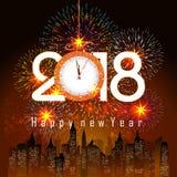 Los fuegos artificiales exhiben por la Feliz Año Nuevo 2018 sobre la ciudad con el reloj Foto de archivo