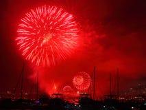 Los fuegos artificiales exhiben rojo en el puerto Imagen de archivo libre de regalías