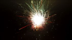 Los fuegos artificiales hermosos muestran en la celebración del Año Nuevo Los fuegos artificiales más grandes para el fondo Fuego almacen de metraje de vídeo