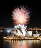 Los fuegos artificiales múltiples entran en erupción sobre Sydney Opera House en una demostración fantástica del semi-final Fotos de archivo libres de regalías