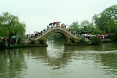 Los fuegos artificiales marchan abajo de Yangzhou - el lago del oeste fino en la lluvia imágenes de archivo libres de regalías