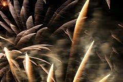 Los fuegos artificiales modelan a través de la lente de 300m m Fotos de archivo