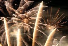 Los fuegos artificiales modelan a través de la lente de 300m m Fotografía de archivo