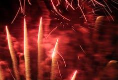 Los fuegos artificiales modelan a través de la lente de 300m m Imágenes de archivo libres de regalías