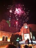 Los fuegos artificiales muestran sobre el casino de plata de la herencia en Reno Nevada Foto de archivo libre de regalías