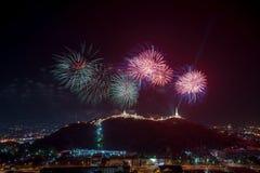 Los fuegos artificiales muestran sobre el parque histórico de Khao Wang, Petchaburi, thail imagen de archivo libre de regalías