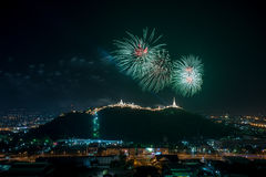 Los fuegos artificiales muestran sobre el parque histórico de Khao Wang, Petchaburi, thail Fotos de archivo