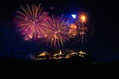 Los fuegos artificiales muestran sobre el parque histórico Khao Wang de Phra Nakhon Khiri fotos de archivo