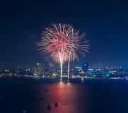 Los fuegos artificiales multicolores en la escena crepuscular, mar del paisaje urbano de pattaya sean Foto de archivo libre de regalías