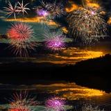Los fuegos artificiales reflejaron en el agua del río Fotografía de archivo libre de regalías