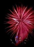 Los fuegos artificiales rojos como la estrella con el ayuntamiento registran Imagen de archivo