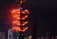 Los fuegos artificiales rojos estallan en una demostración brillante durante la cuenta descendiente del Año Nuevo 2017 en la Taip Fotos de archivo libres de regalías