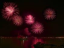 Los fuegos artificiales rojos grandes estallan en Venecia en el cielo oscuro, fuegos artificiales del Año Nuevo en Venecia, el 4  Fotos de archivo libres de regalías