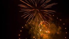 Los fuegos artificiales se encienden para arriba en el cielo con la exhibición del deslumbramiento almacen de metraje de vídeo
