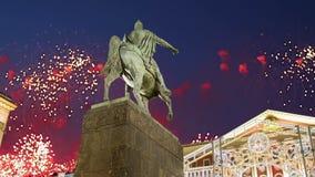 Los fuegos artificiales sobre el centro de ciudad de Moscú en Tverskaya ajustan Yury Dolgoruky Monument, Rusia con el enfoque metrajes