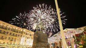 Los fuegos artificiales sobre el centro de ciudad de Moscú en Tverskaya ajustan Yury Dolgoruky Monument, Rusia con el enfoque almacen de video
