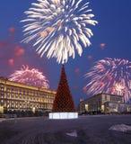 Los fuegos artificiales sobre la decoración Lubyanskaya Lubyanka de los días de fiesta del Año Nuevo de la Navidad ajustan por la Foto de archivo libre de regalías