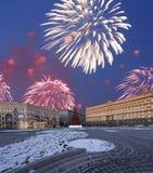 Los fuegos artificiales sobre la decoración Lubyanskaya Lubyanka de los días de fiesta del Año Nuevo de la Navidad ajustan por la Fotografía de archivo libre de regalías