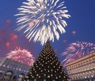 Los fuegos artificiales sobre la decoración Lubyanskaya Lubyanka de los días de fiesta del Año Nuevo de la Navidad ajustan por la Imagen de archivo