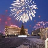 Los fuegos artificiales sobre la decoración Lubyanskaya Lubyanka de los días de fiesta del Año Nuevo de la Navidad ajustan por la Fotos de archivo