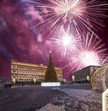 Los fuegos artificiales sobre la decoración Lubyanskaya Lubyanka de los días de fiesta del Año Nuevo de la Navidad ajustan por la Imágenes de archivo libres de regalías