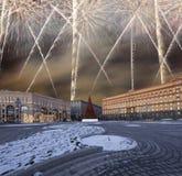 Los fuegos artificiales sobre la decoración Lubyanskaya Lubyanka de los días de fiesta del Año Nuevo de la Navidad ajustan por la Foto de archivo