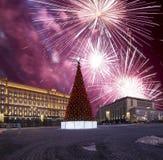 Los fuegos artificiales sobre la decoración Lubyanskaya Lubyanka de los días de fiesta del Año Nuevo de la Navidad ajustan por la Imagen de archivo libre de regalías