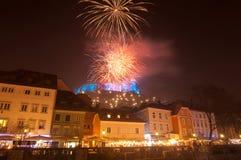 Los fuegos artificiales sobre Ljubljana se escudan para la celebración de los Años Nuevos, Lju Imagen de archivo